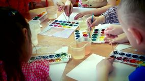 Дети рисуют акварель сток-видео