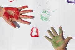 Дети рисуют краски стоковое изображение rf