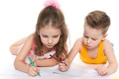 Дети рисуют на бумаге стоковая фотография rf