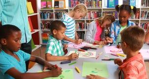 Дети рисуя в библиотеке акции видеоматериалы