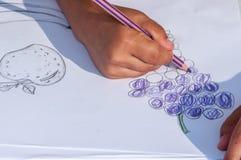 Дети рисуя на белой бумаге стоковое фото rf