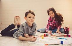 Дети рисуя дома стоковые изображения rf