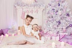 Дети рождества, ребёнки ребенк, украсили розовую комнату стоковые фотографии rf