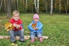 дети сидят Стоковое Фото