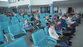 Дети сидят в зале сток-видео
