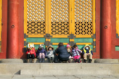 Дети сидят перед shrime для того чтобы получить теплыми Стоковое Изображение