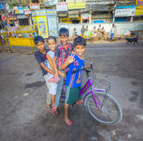 Дети сидя на велосипеде раньше Стоковые Фото