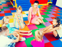 Дети сидя с учителем и имея переговор стоковое фото rf