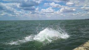 Дети скачут в море сток-видео