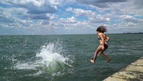 Дети скачут в море акции видеоматериалы