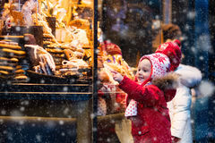 Дети смотря конфету и печенье на рождественской ярмарке Стоковая Фотография RF