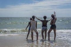 Дети смотря к морю в Анголе стоковые фото