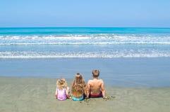 Дети смотря море Стоковое Изображение