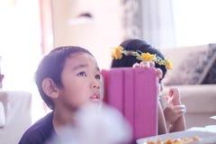 Дети смотря телевидение дома стоковое фото