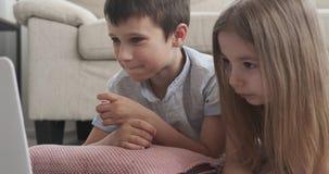 Дети смотря фильм дома сток-видео