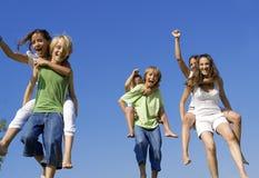 дети собирают гонку piggyback стоковые изображения rf