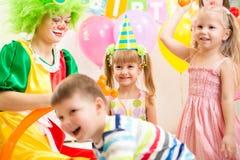Дети собирают и дурачатся на вечеринке по случаю дня рождения Стоковое Фото