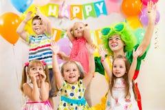 Дети собирают и дурачатся на вечеринке по случаю дня рождения Стоковые Фото