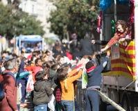 Дети собирая карамельки от автомобиля Стоковая Фотография RF