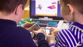Дети создавая роботы на школе, образовании стержня Предыдущее развитие, diy, нововведение, современная концепция технологии