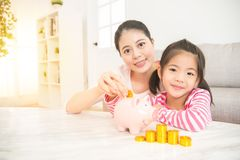 Дети сохраняя вклад денег стоковые фото