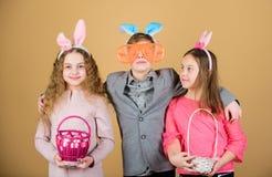 Дети со звероловством маленькой корзины готовым для пасхальных яя Деятельность при и потеха пасхи Друзья имея потеху совместно да стоковое изображение