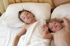 Дети спать на кровати Стоковое Изображение