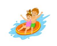 Дети сползая вниз на раздувную трубку в waterpark Стоковые Изображения