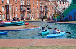 Дети сплавляться на озере. Стоковое Изображение