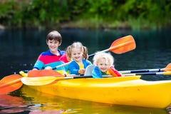 Дети сплавляться на реке Стоковое фото RF