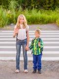 Дети стоят около пешеходного перехода и показывают открытую ладонь Стоковая Фотография RF