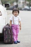 Дети стоя около пассажирских автомобилей стоковое фото rf