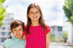Дети стоя совместно outdoors в лете Стоковое Изображение RF