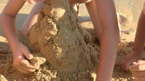 Дети строя структуру песка сток-видео
