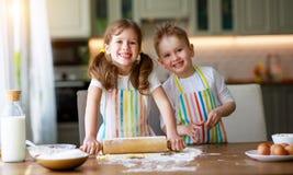 Дети счастливой семьи смешные пекут печенья в кухне стоковые фотографии rf