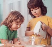 Дети счастливой семьи смешные подготавливают тесто, пекут печенья внутри стоковое изображение rf