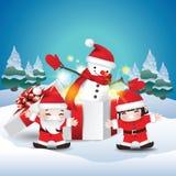Дети счастливые со снеговиком в подарочной коробке стоковая фотография