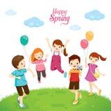 Дети счастья ослабляя на лужайке Стоковые Изображения RF