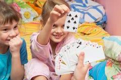 Дети счастливо вытягивают карточку от вентилятора карточки Стоковое Фото