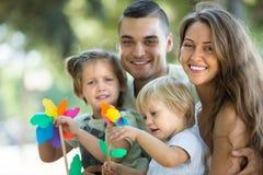 Дети с ветрянками на оружиях parent's Стоковое фото RF