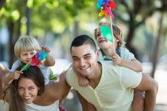 Дети с ветрянками на оружиях parent's Стоковые Фотографии RF