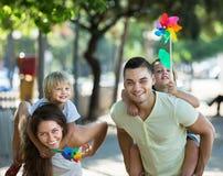 Дети с ветрянками на оружиях parent's Стоковое Изображение