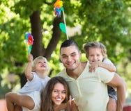 Дети с ветрянками на оружиях parent's Стоковые Изображения RF