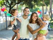 Дети с ветрянками на оружиях parent's Стоковые Изображения
