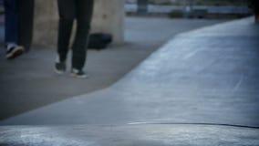 Дети с его скейтбордами акции видеоматериалы