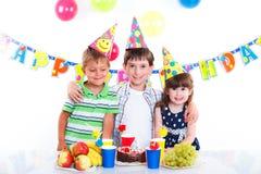 Дети с именниным пирогом Стоковое Изображение