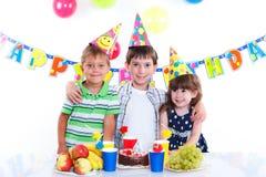 Дети с именниным пирогом Стоковые Изображения RF