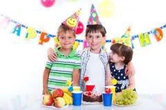 Дети с именниным пирогом Стоковое Изображение RF