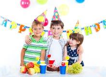 Дети с именниным пирогом Стоковая Фотография RF