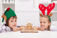 Дети с их домом gingerbread Стоковые Фотографии RF